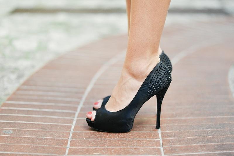 Acquistano scarpe online